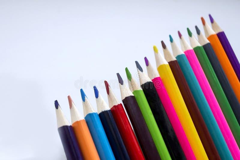 Färgblyertspennor på en vit bakgrund, en linje av kulöra blyertspennor inställda blyertspennor Kreativitet för barn` s Dra med bl royaltyfri foto