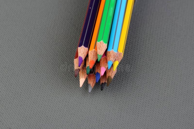 Färgblyertspennor på grå bakgrund royaltyfri bild