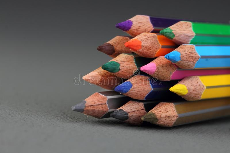 Färgblyertspennor på grå bakgrund arkivfoton