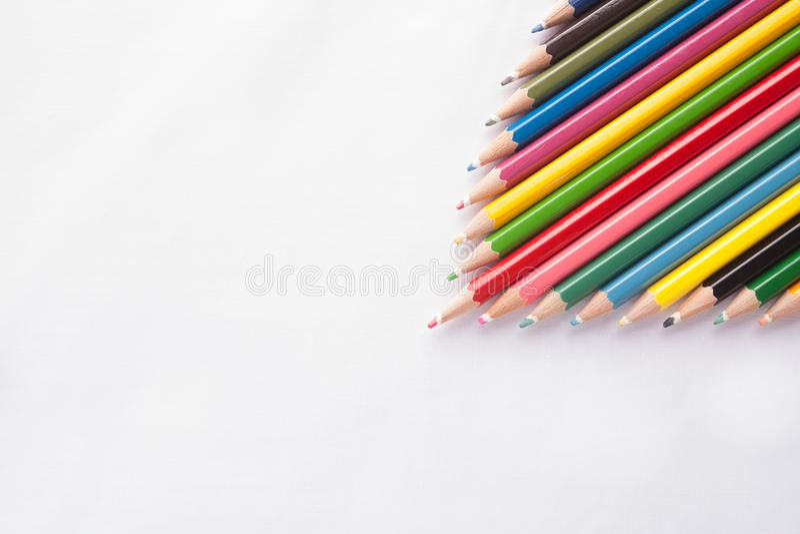 Färgblyertspennor på vit bakgrund arkivbilder