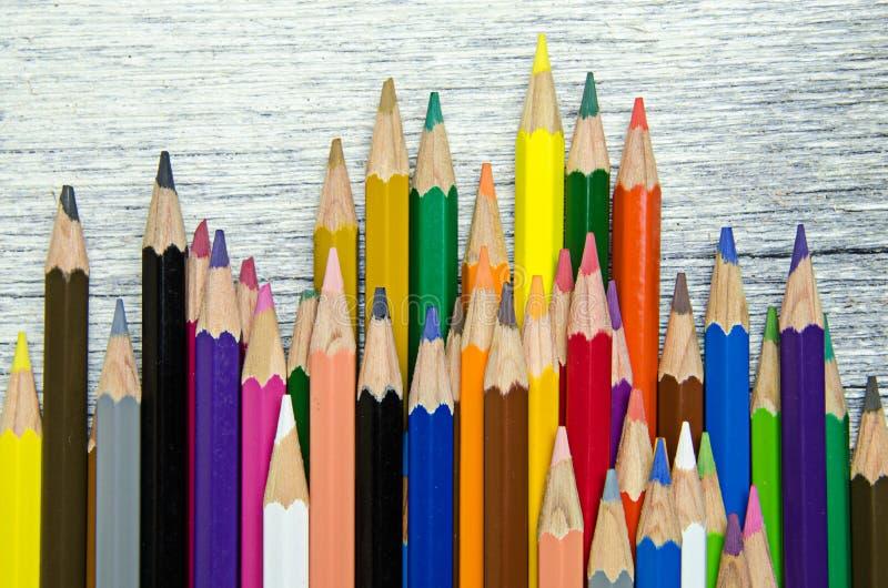Färgblyertspennor på vit wood bakgrund fotografering för bildbyråer