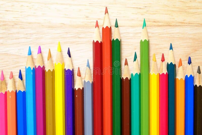 Färgblyertspennor på wood bakgrund arkivbild