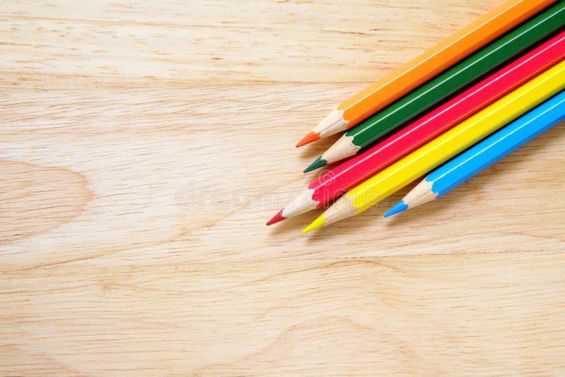 Färgblyertspennor på wood bakgrund royaltyfri fotografi