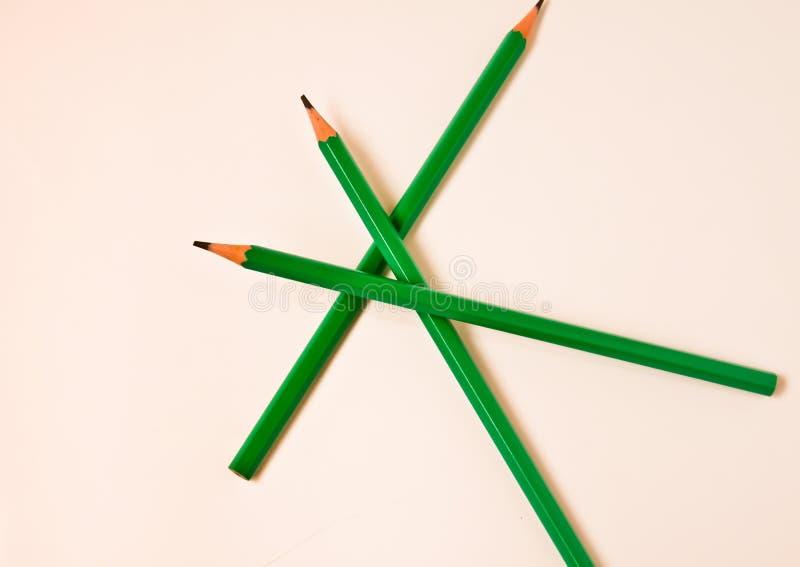 Färgblyertspennor traver på vit bakgrund med kopieringsutrymme för text Lyckakonstutbildning i barns tapet fotografering för bildbyråer