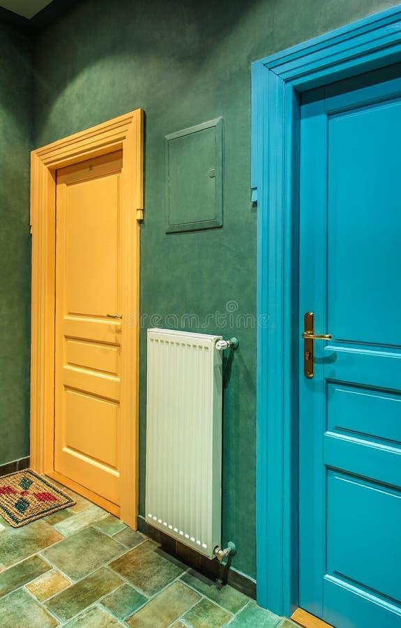 Färgdörrar arkivfoton