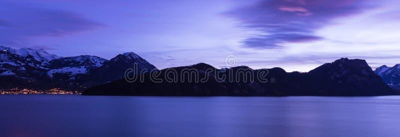 Färgen av natten är kunglig blått Lucerne sj? Vitznau royaltyfri foto