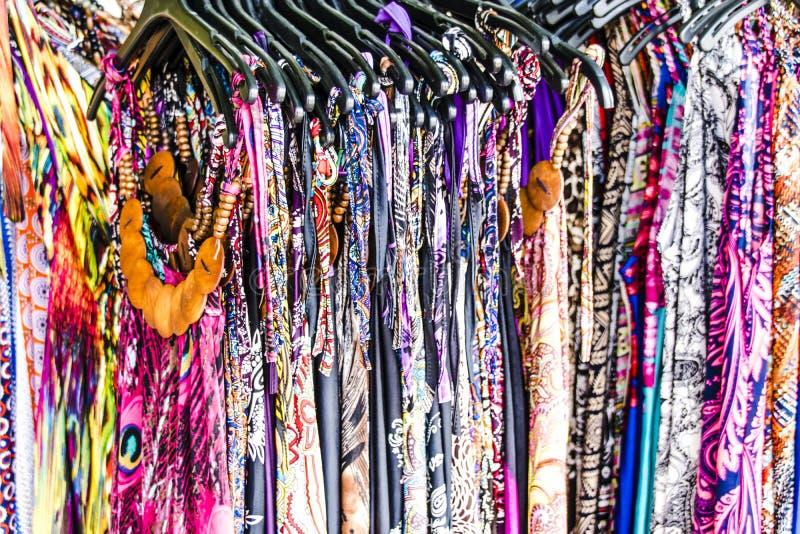 Färger av klänningarna i kroat shoppar i Scradin, i Kroatien royaltyfria bilder