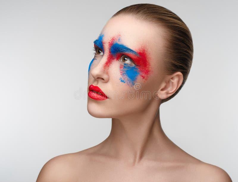 Färger för öga för kvinnamakeupskönhet blåa röda royaltyfri foto