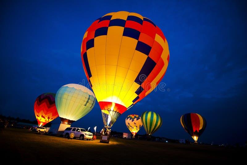 Färger för ballong för varm luft, show för ljus för aftonnattglöd fotografering för bildbyråer