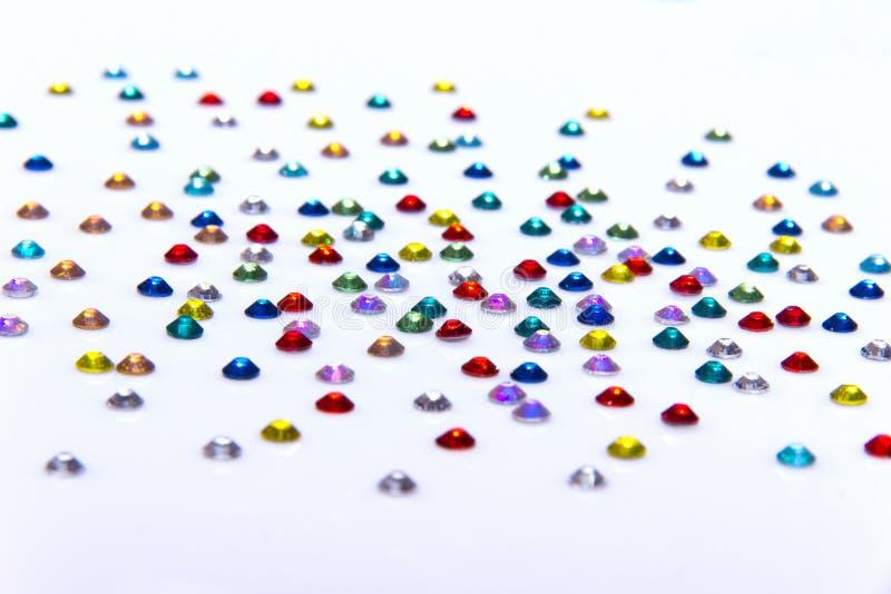 Färger för blå gräsplan för dyrbara mousserande bergkristaller röda och gula arkivfoton