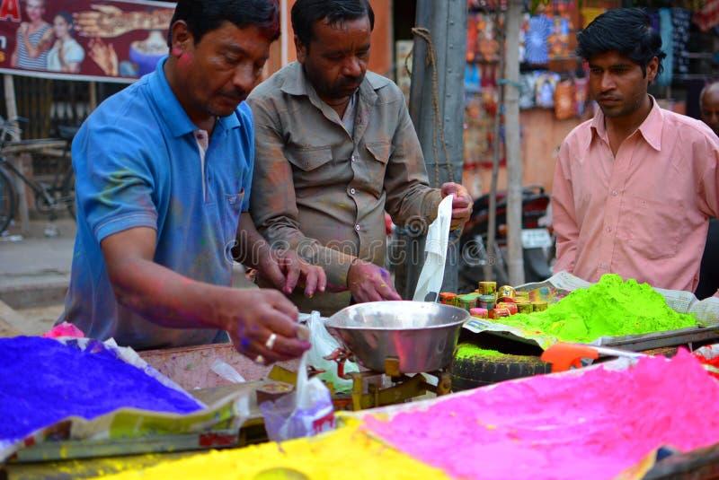 Färger för den Holi festivalen på försäljning på en marknad jaipur Rajasthan india royaltyfri bild