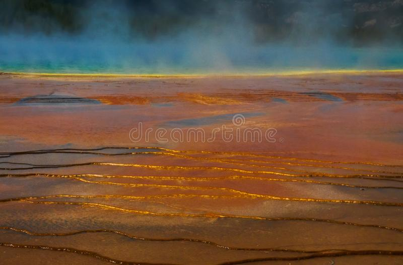 Färger och modeller av den storslagna prismatiska våren - Yellowstone nationalpark, Wyoming arkivbild
