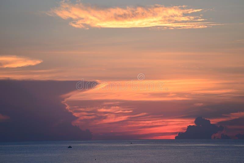 Färgerna i himlen får även djupare som sollöneförhöjningarna över havet av Boca Beach arkivbilder