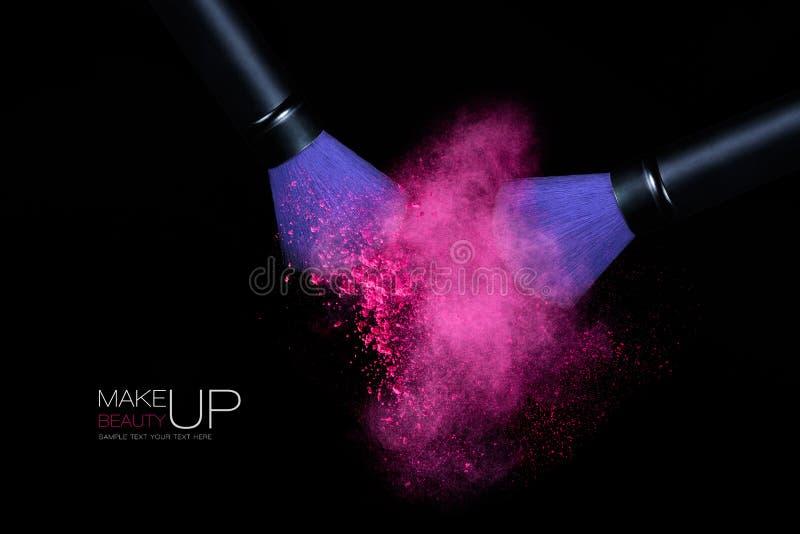 Färgexplosion med makeupborstar som applicerar pulver Isolerat på arkivfoto