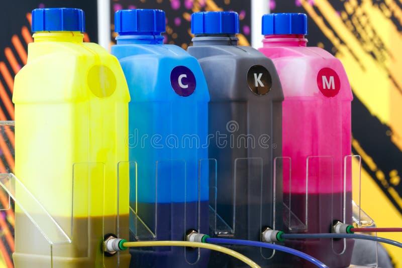 Färgfärgpulverbehållare eller stor skrivarmaskin i fabriken för printingaffär royaltyfri fotografi