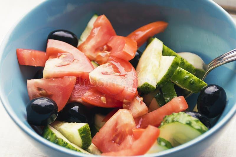 Färgfoto av salladgrönsaker på plattan royaltyfria foton