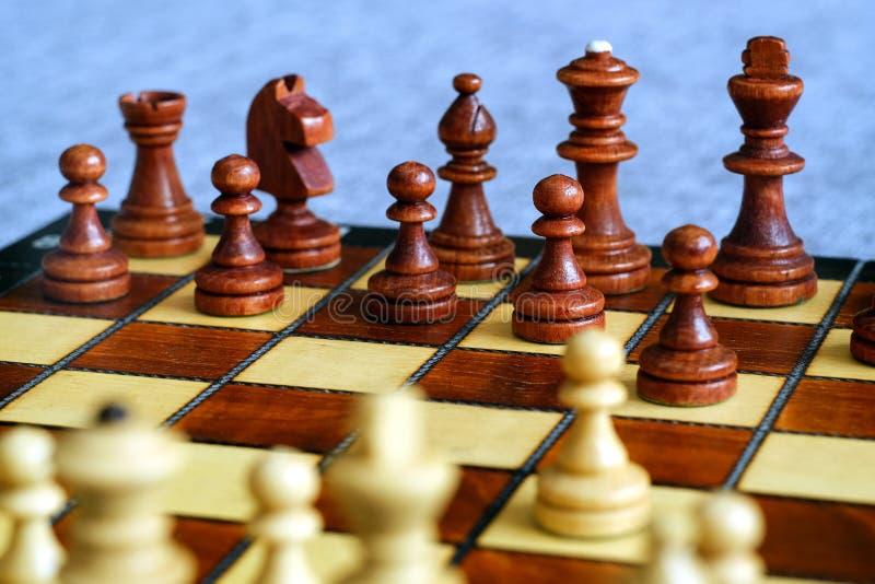 Färgfoto av schackbrädet och schackstycken, träschackstycken på schackbrädet slapp fokus royaltyfria bilder
