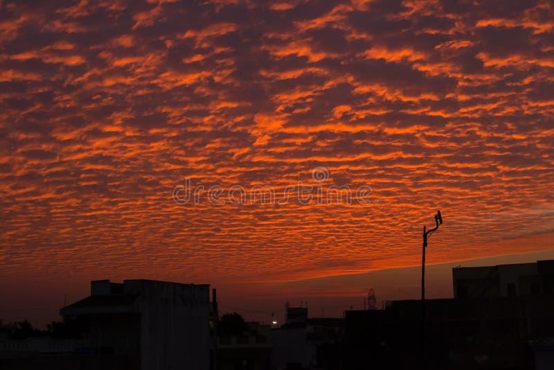 Färgglad aftonhimmel med orange moln arkivfoton