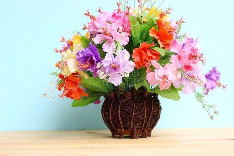 Färgglad blommagrupp i den wood vasen på trätabell- och kopieringsutrymme arkivfoton