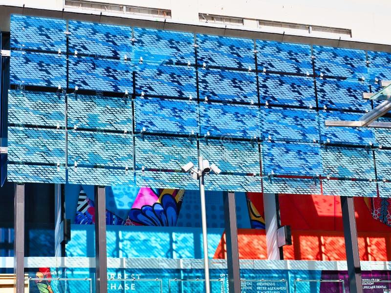 Färgglad Cladding på Perth CBD kommersiell byggnad, västra Australien royaltyfri bild