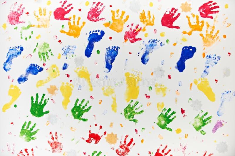Färgglad design som göras från barns hand- och fottryck royaltyfria bilder