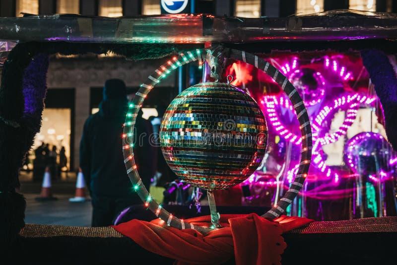 F?rgglad diskoboll p? en rickshaw p? Oxford Street, London, UK, p? natten arkivbilder