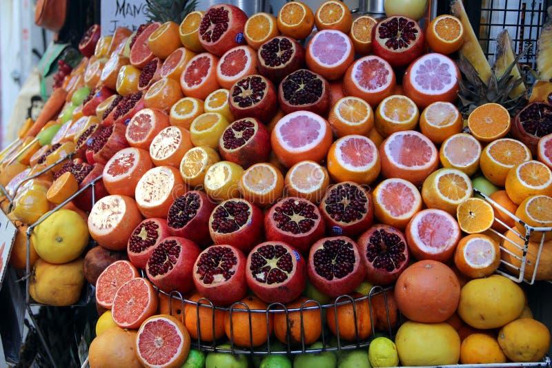 Färgglad fruktställning i Turkiet royaltyfri fotografi