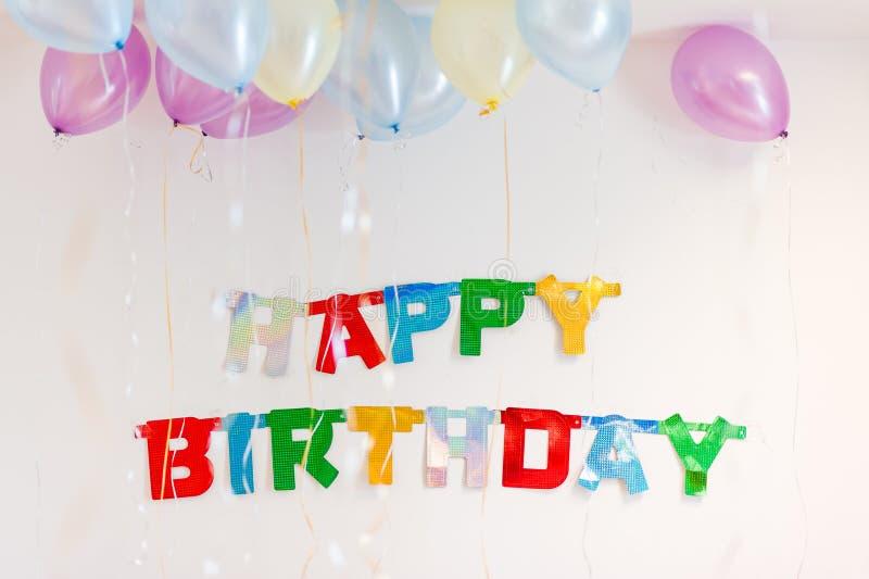 Färgglad garnering för text för födelsedagparti arkivfoton