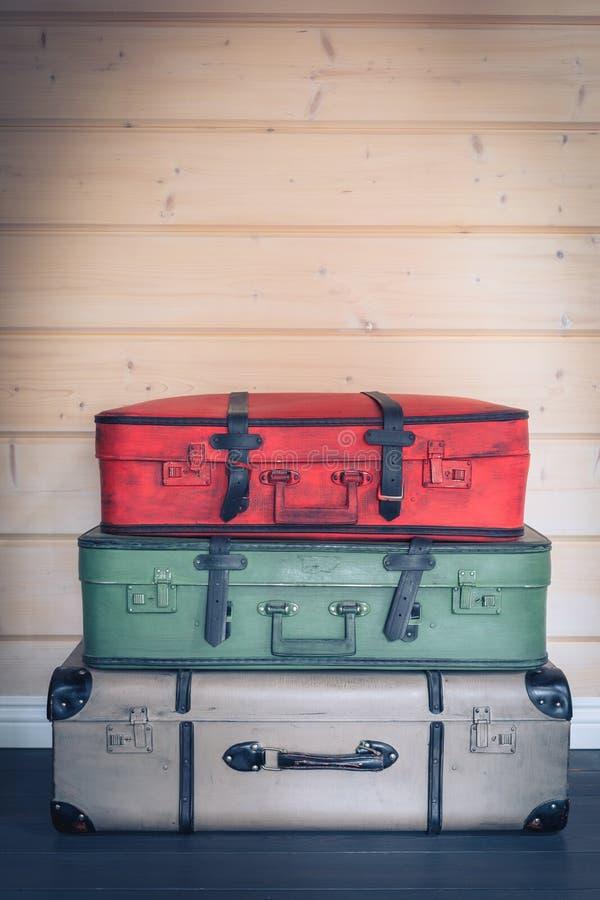 Färgglad hög för tappning av resväskor, loppbagagebegrepp royaltyfria bilder