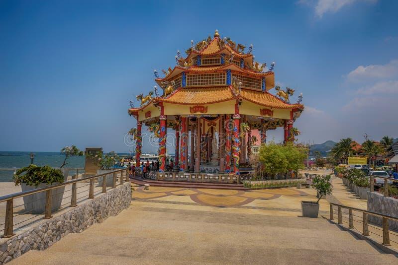 Färgglad kinesisk tempel i Thailand vid havet arkivfoto
