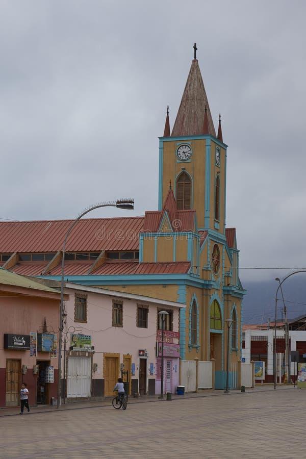 Färgglad kyrka i Atacamaen royaltyfri foto