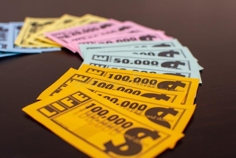 Färgglad lek av livpengar som ut fläktas på tabellen royaltyfria foton