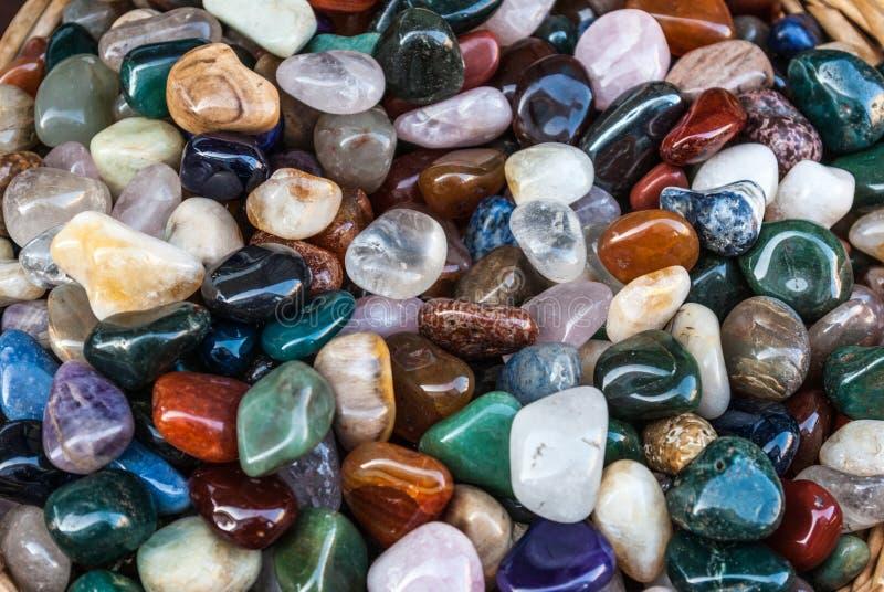 Färgglad polerad mineralisk stenbakgrund royaltyfri bild