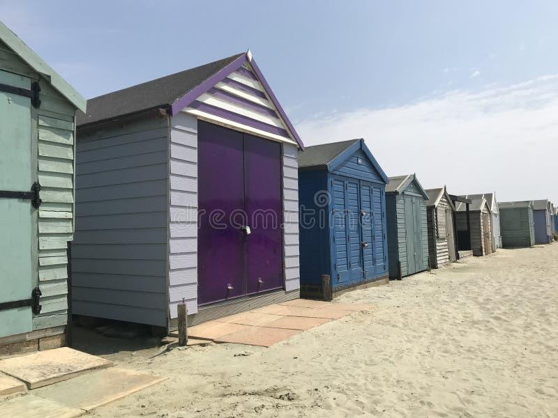 Färgglad rad av strandkojor arkivbilder