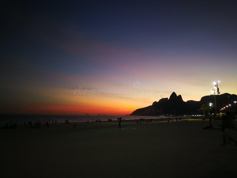 Färgglad solnedgång av ipanemastranden royaltyfri fotografi