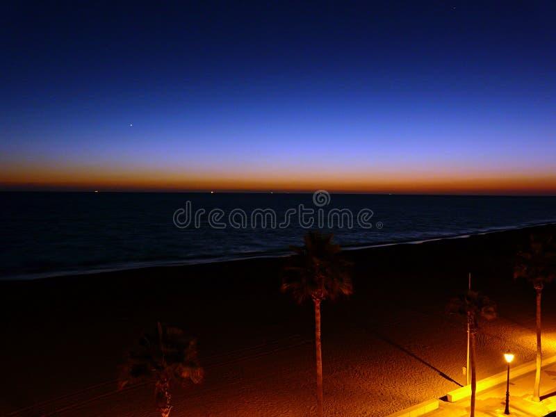 Färgglad solnedgång i rotaen, Spanien royaltyfria bilder