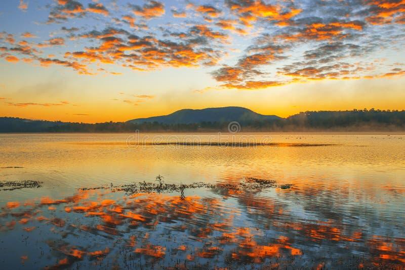 Färgglad soluppgång på sjön Moogerah i Queensland arkivfoton