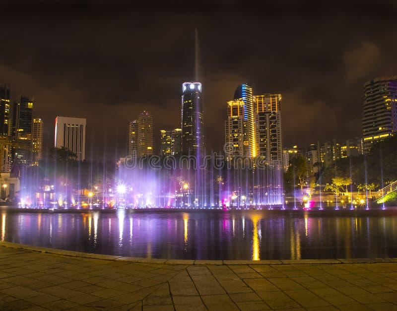 Färgglad springbrunn i natten med inget, Kuala Lumpur stad c royaltyfri bild