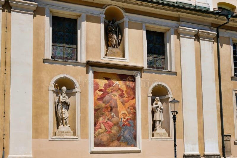 Färgglad symbol på Ljubljana kyrkayttersida, Slovenien royaltyfri bild