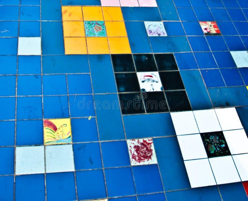 Färgglad tegelplattatrottoardetalj arkivfoton