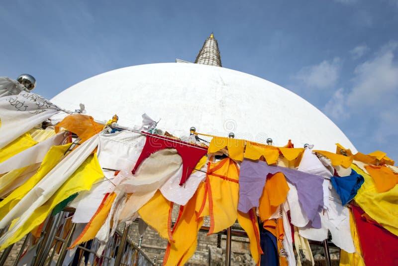 Färgglad torkduk på en buddistisk dagoba royaltyfria bilder