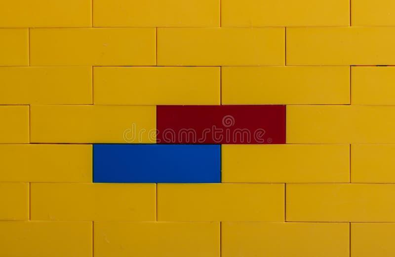 färgglad toyvägg för tegelstenar royaltyfria foton
