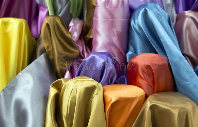 Färgglad tygtextur för att den rå kompisen ska göra modeklänningen arkivbild