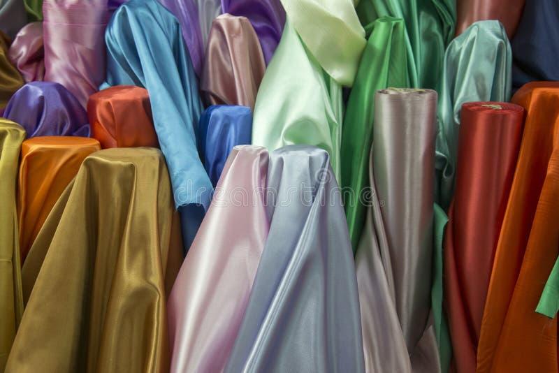 Färgglad tygtextur för att den rå kompisen ska göra modeklänningen royaltyfri fotografi