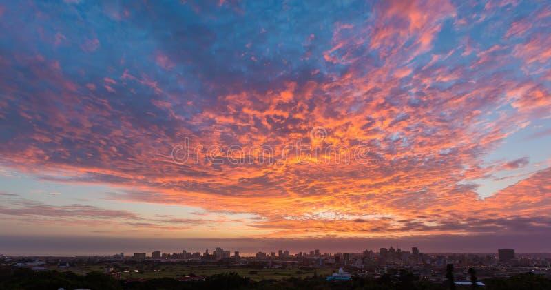 Färgglad vibrerande soluppgång Durban Sydafrika royaltyfri fotografi