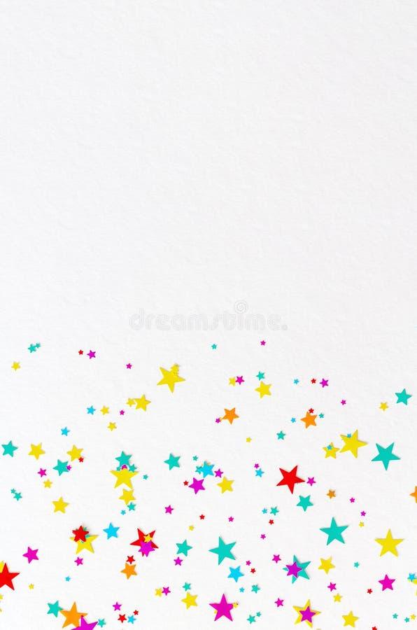 Färgglad vibrerande stjärnabakgrund på vitbok royaltyfri fotografi