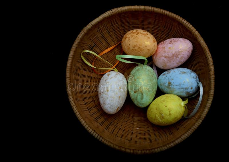 Färgglada easter ägg i korg arkivbild