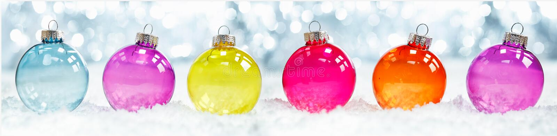Färgglada genomskinliga julbaubles royaltyfri bild