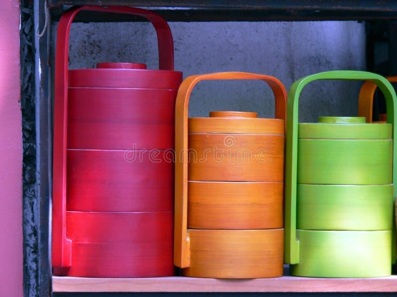 färgglada kanistrar arkivfoton