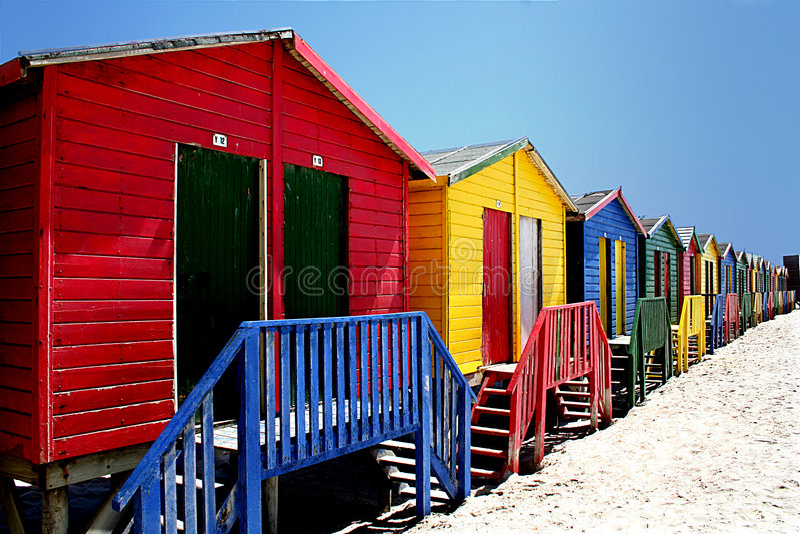 färgglada kojor för strand royaltyfri bild